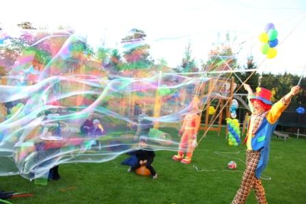 шоу мыльных пузырей на улице