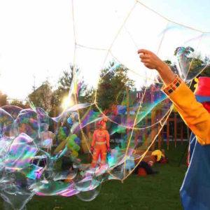 Шоу мыльных пузырей на улице Фэнси Баблс. FANCY BUBBLES.